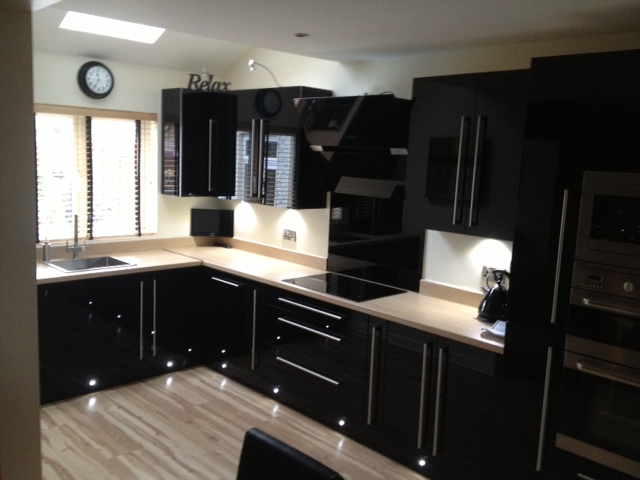 Black hi gloss acrylic kitchen d1kitchens the best in for Black gloss kitchen ideas